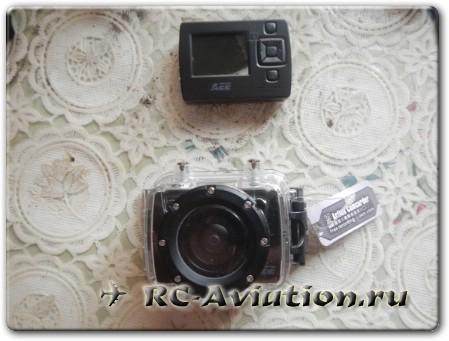 камера AEE SD20 в боксе и подключающийся экран