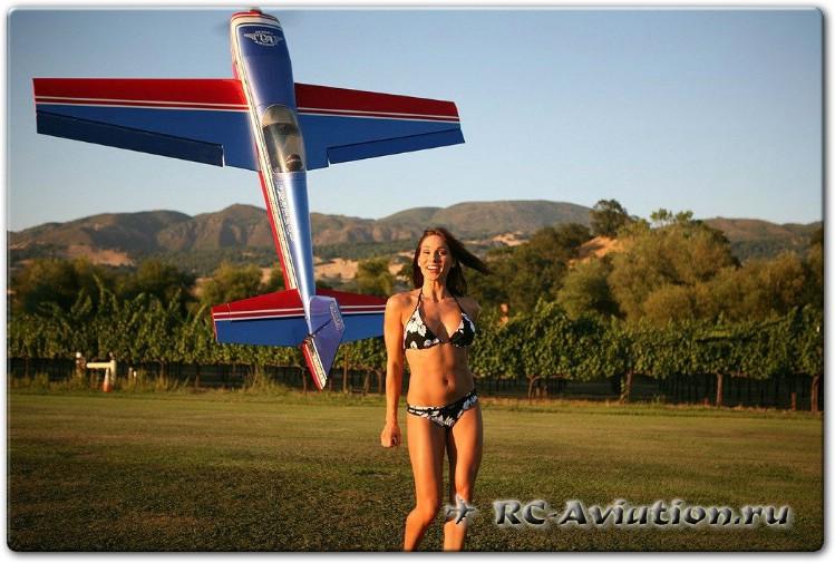 Девушка и авиамодель