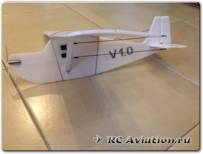 радиоуправляемый самолет для полетов в зале