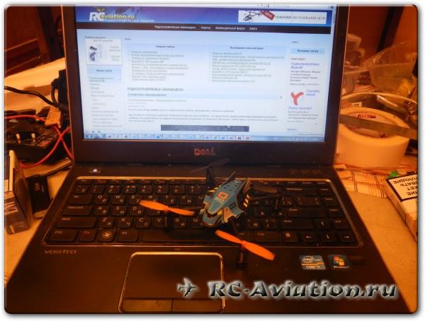 квадрокоптер Q-Bot на фоне ноутбука с сайтом rc-aviation.ru