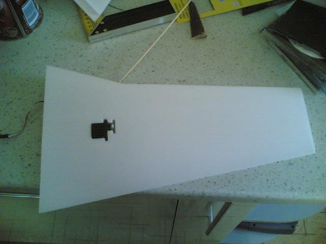 Сервомашинка в крыле самодельной авиамодели
