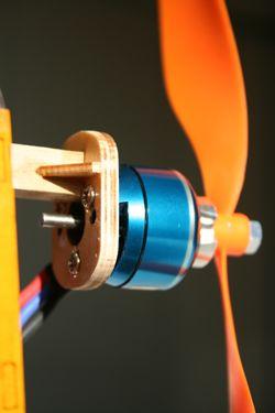 Крепление электродвигателя в авиамодели на рейку
