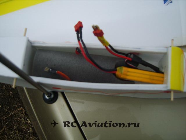 Крепление аккумулятора в самодельной радиокрпаляемой модели самолета