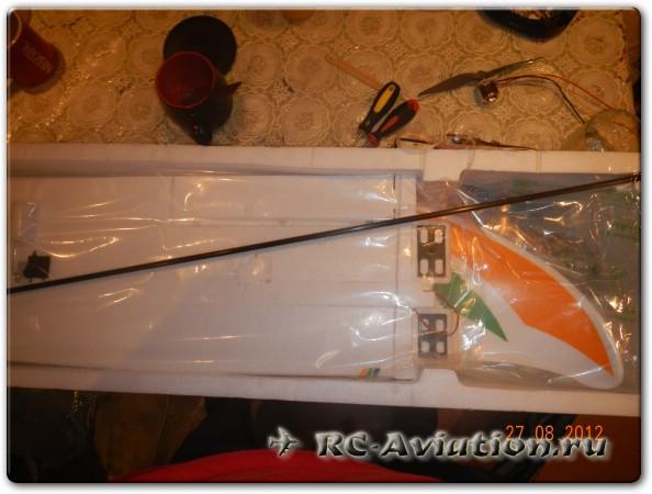 разбираем упаковку с радиоуправляемой моделью самолета Бикслер-2