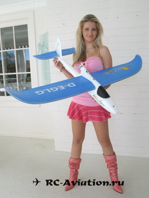 Пятничная девушка и авиамодель EasyStar