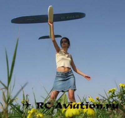 Девушка с авиамоделью EasyStar