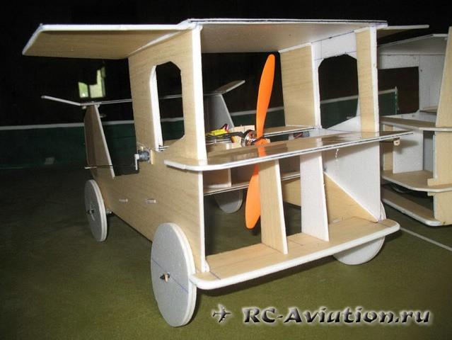 RC модель грузовика в полете