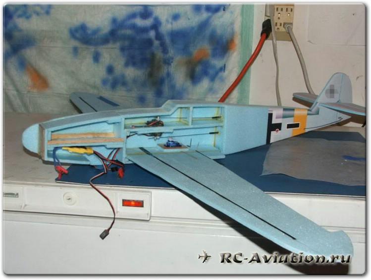 Самодельная модель самолета из пенопласта. Крепление крыла