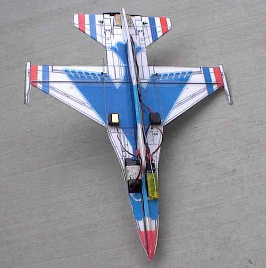 контурная самодельная авиамодель с толкающим двигателем