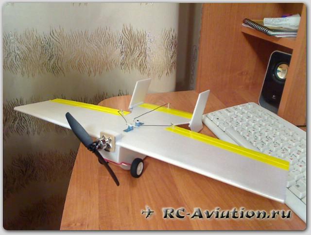 готовая к полету модель радиоуправляемой птицы