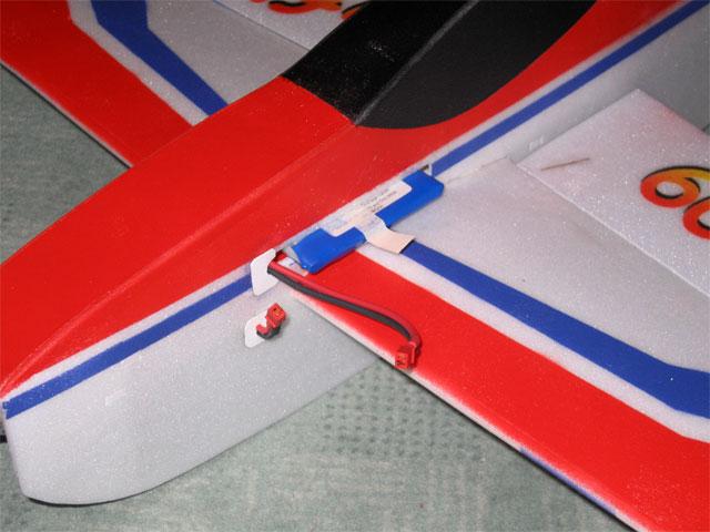 Крепление аккумулятора на радиоуправляемой авиамодели