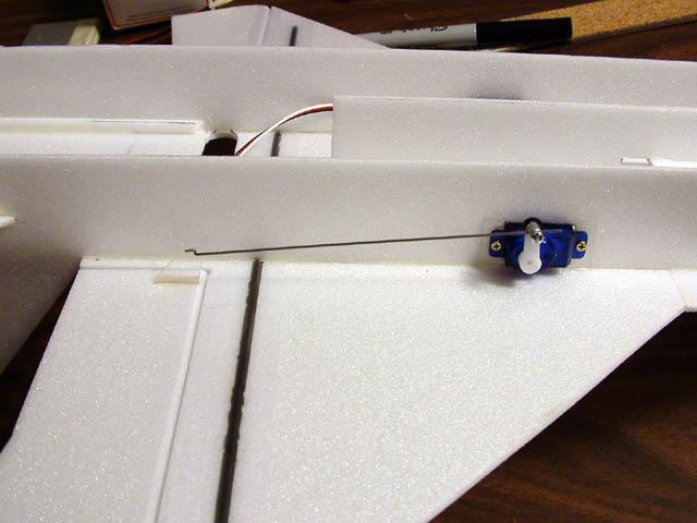 Самодельная пенопластиовая авиамодель, установка кабанчика