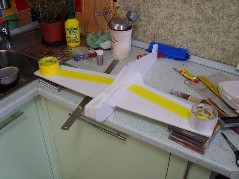 Как вклеить крыло авиамодели ровно