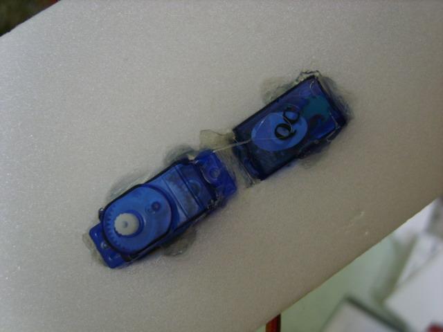 Термопистолет использован для крепления сервомашинок
